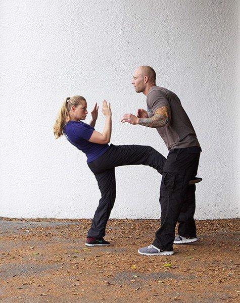 Tấn công mạnh vào hạ bộ đối phương là chiêu thức hiệu quả để phòng thân