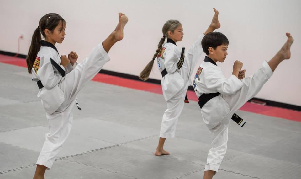 Luyện võ thuật hàng ngày sẽ giúp các em điều chỉnh cảm xúc của mình