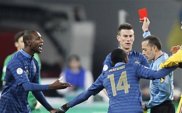 Luật thẻ vàng trong bóng đá ngày nay được áp dụng ra sao?