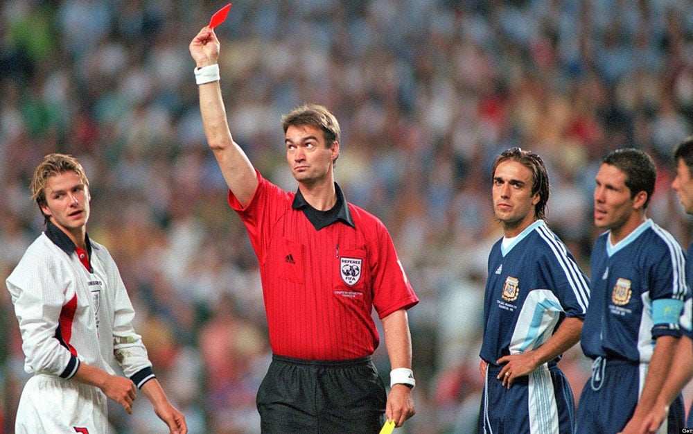 Thẻ đỏ dùng để phạt những cầu thủ phạm vào những lỗi nặng nhất